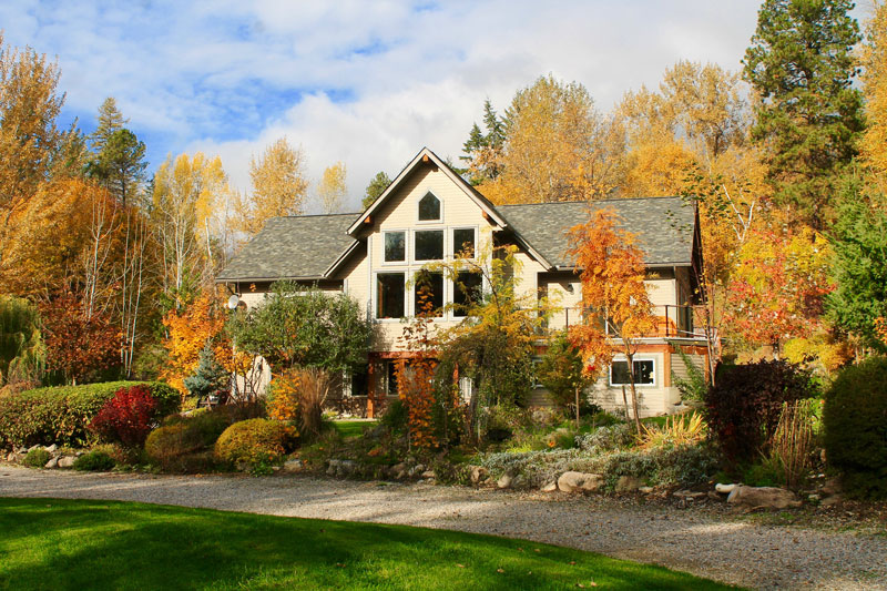 Windborne B&B, Fall garden, Castlegar accommodation